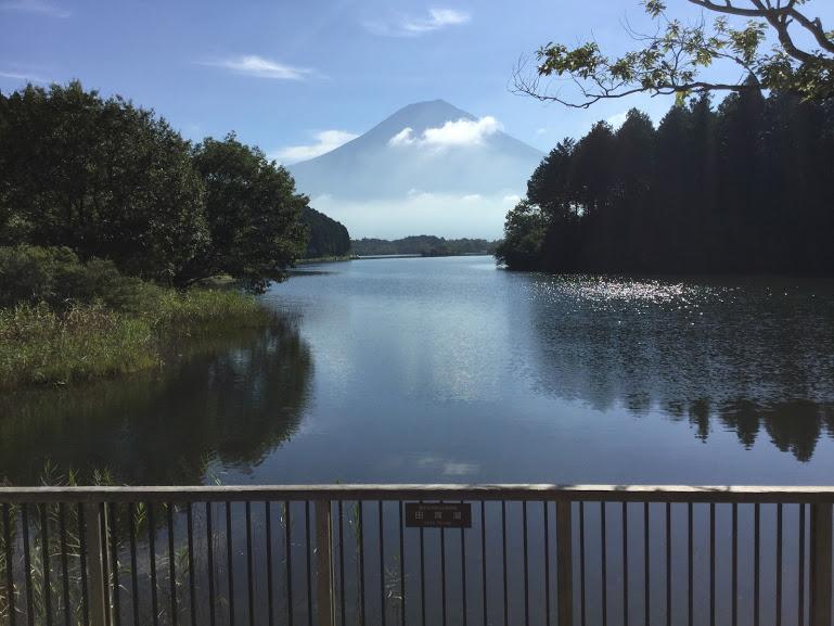 デッキからみた田貫湖と富士山