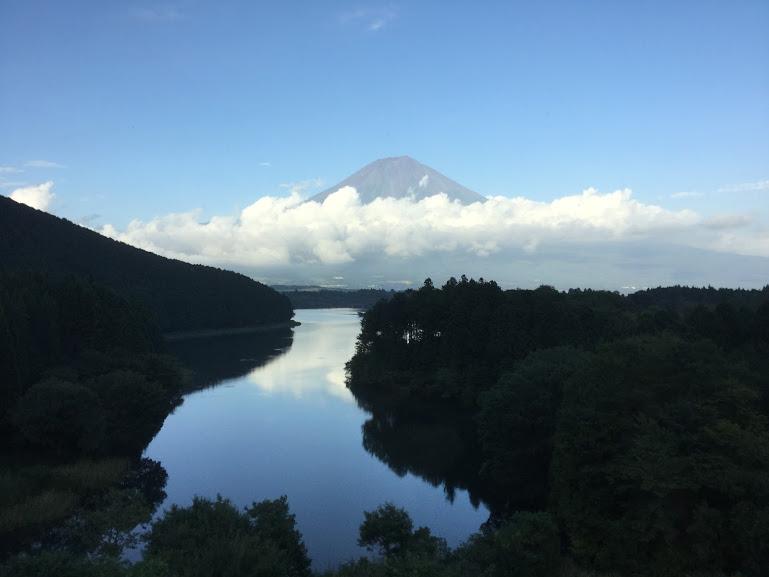 客室から見える田貫湖と富士山