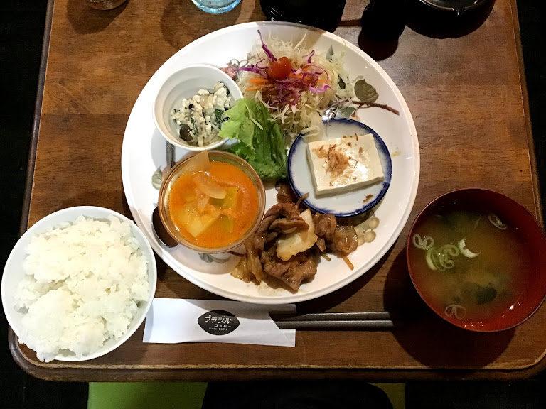 テーブルに置いてあるランチプレートとご飯とみそ汁