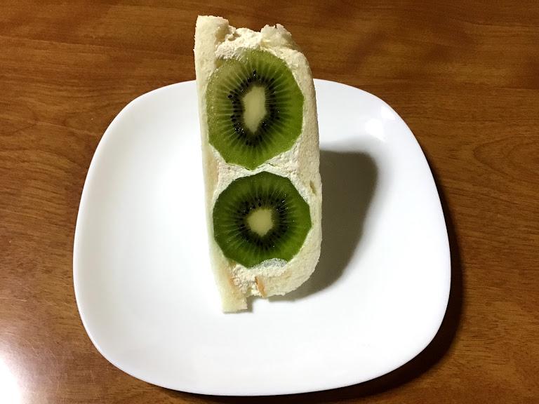 白い皿の上のキウイのフルーツサンド写真