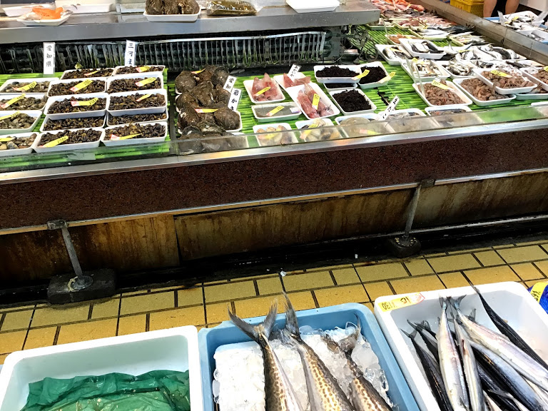 鮮魚が並んでいる。