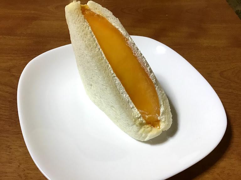 白い皿にのせたマンゴーのフルーツサンドの写真