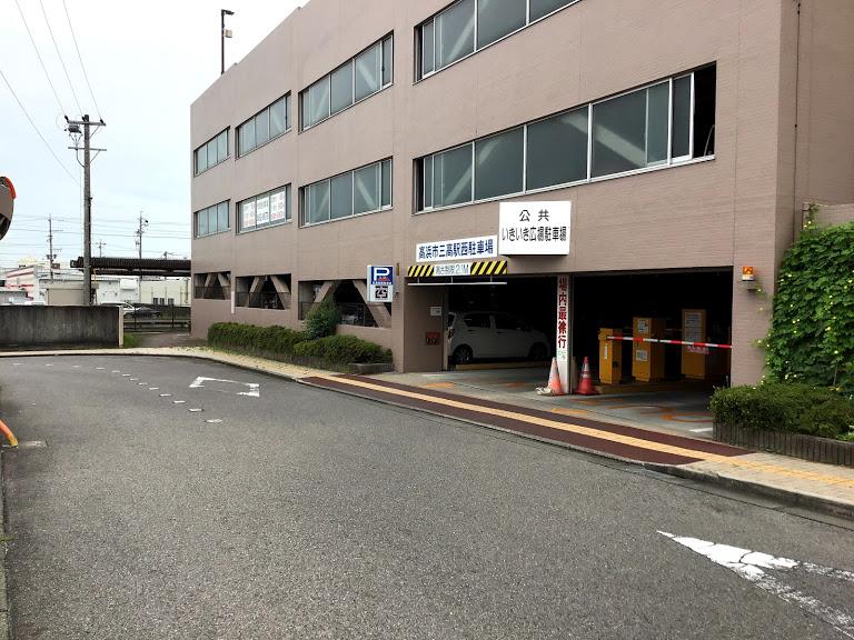 公共の立体駐車場