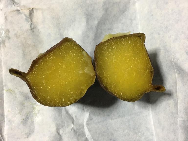 焼き芋(ひえひえ君)を半分に割った写真