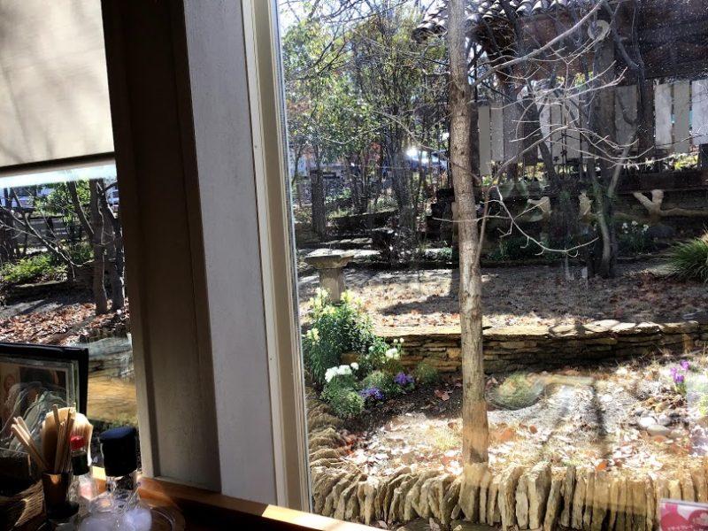カウンター席から眺める庭園