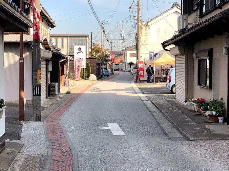 魚松駐車場の南側の道路の写真