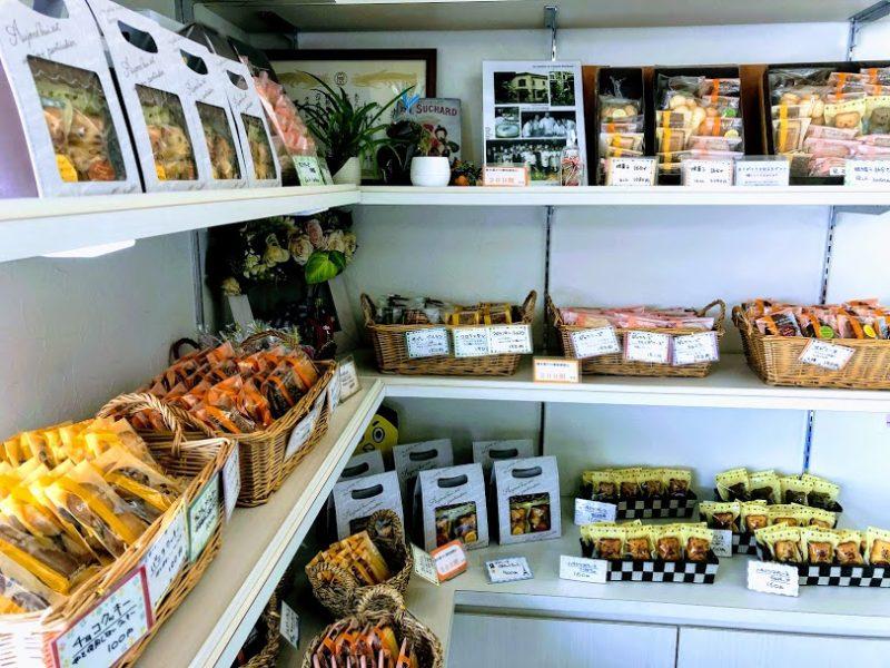 焼き菓子が棚にたくさん並んだ写真