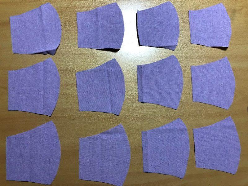 マスクの型紙に合わせて切った布12枚の写真