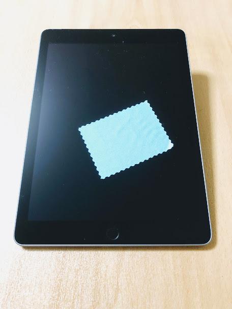 iPadの上にクロスが置いてある写真
