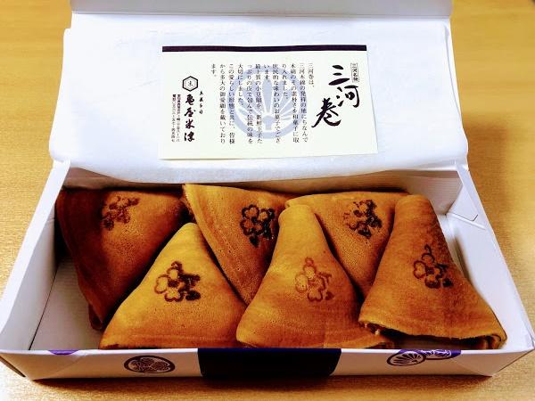 箱を開けて三河巻が6個入っている写真