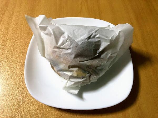 包装紙に包まれたXバーガーの写真